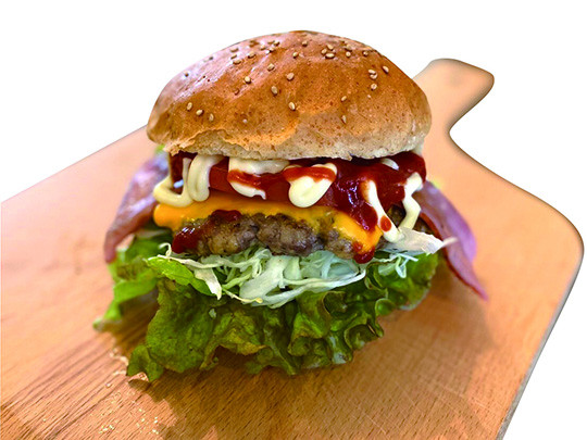 SUZUMEバーガー(ポテト付き) オーダーを受けてから作る生肉パティに数種類の野菜を煮込んだオリジナルソース、フレッシュ野菜をサンド