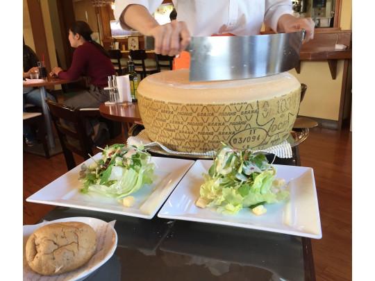 目の前でチーズを削ってくれる、人気のシーザーサラダ(セット・コースのみ)