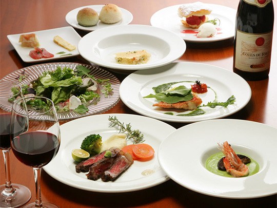 明治34年の建造物を改装したフレンチレストラン。 周辺には、重要伝統的建造物群保存地区の美しい町並みが広がります。