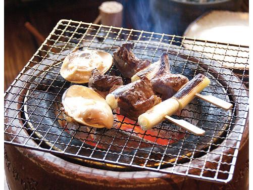 厳選された和牛や干物、魚介、野菜などを 備長炭で炙った七厘焼きの美味しさは格別です