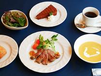 Chopinのステーキセット。やわらかいお肉にコーンポタージュ、サラダ、お好きなデザートとお飲み物がセットになった、ちょっと贅沢なメニューです。パンかライスを選べます。1,980円