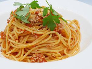 ミートソース スパゲッティ。茹で上げたあとにオリーブオイルで軽く炒めた細い麺と、よく絡むソースのハーモニーをお楽しみください。704円