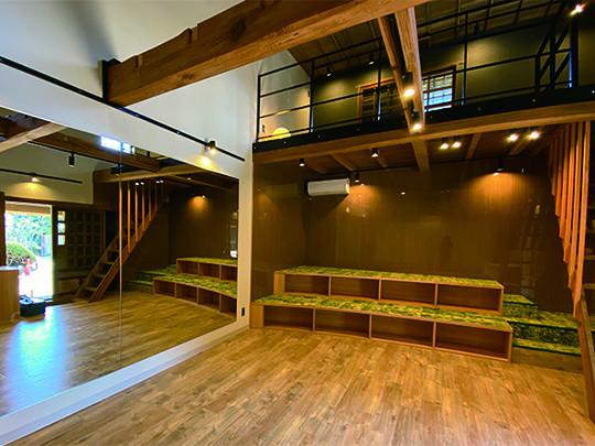 蔵(別棟)は、壁一面の鏡と最新式プロジェクターを完備。ヨガスタジオやプライベートシアターなど、使い方は無限大の多機能空間です。