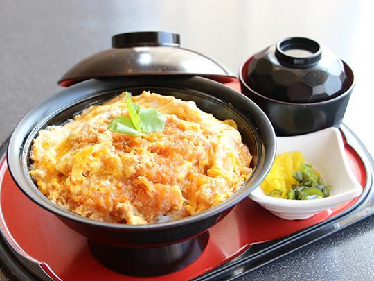 ちらし天ぷら御膳 1,300円(税抜) 海鮮ちらし、天ぷら、茶碗蒸し、サラダ、味噌汁、お新香付き