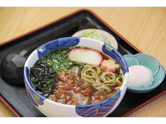 牛すじ蕎麦(又はうどん) 880円 お好みで温泉卵をトッピング