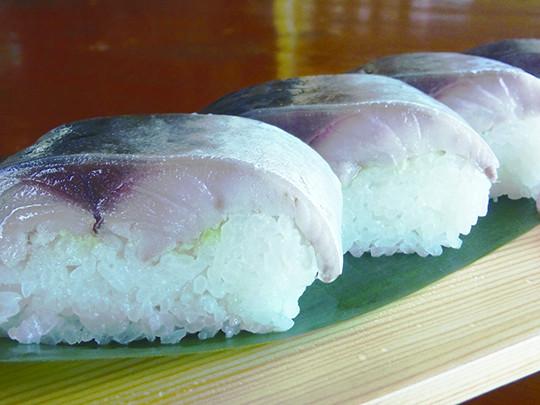 極上さば寿司 1,800円 銚子港で水揚げされた800グラムの本生造り! お土産品には特製箱詰め品¥2,100